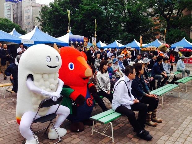飽きられないゆるキャラ、北海道北斗市のずーしーほっきーが、着ぐるみになって現実世界に降臨!