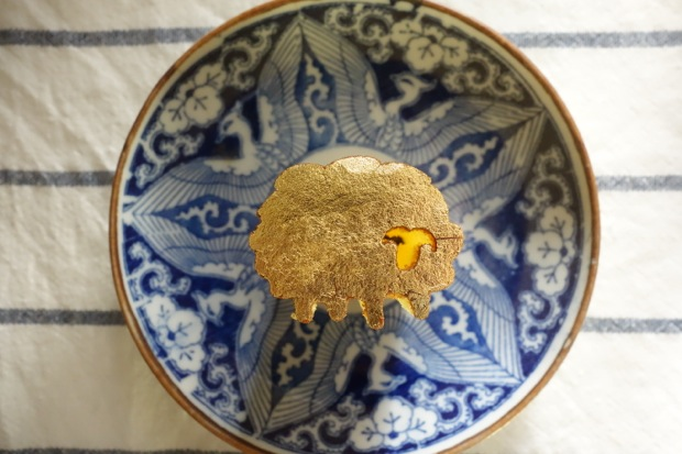 今日のおやつ:縁起よくかわいらしい!金沢・まめや金澤萬久の「金のカステラ 干支 未」|コロカルニュース