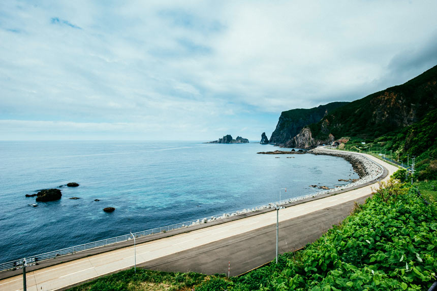 北海道の青い海にうっとり。「積丹ウエストコースト」ドライブ おいしい魚介と名湯、観光ならココ 青と白の小さな半島、積丹の四季